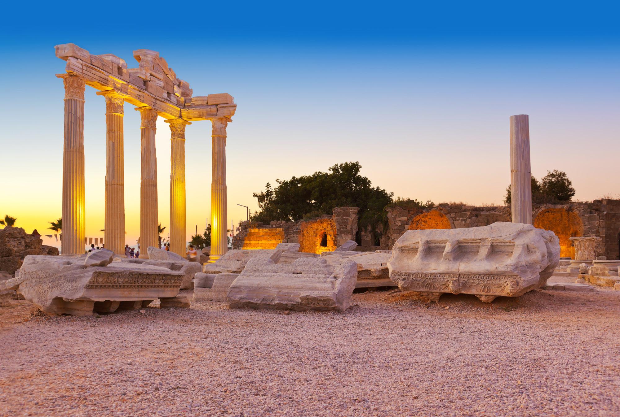 Руины древних зданий в Греции