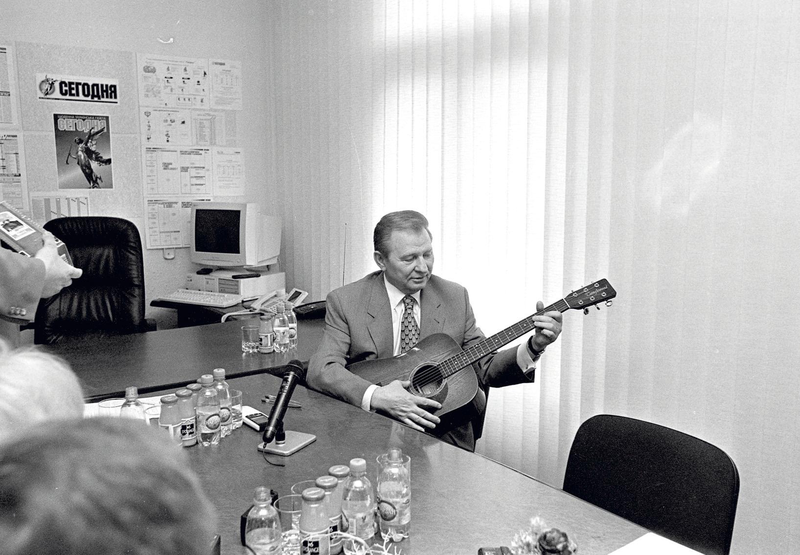 Червень 1998-го. Леонід Кучма в редакції з подарованою гітарою