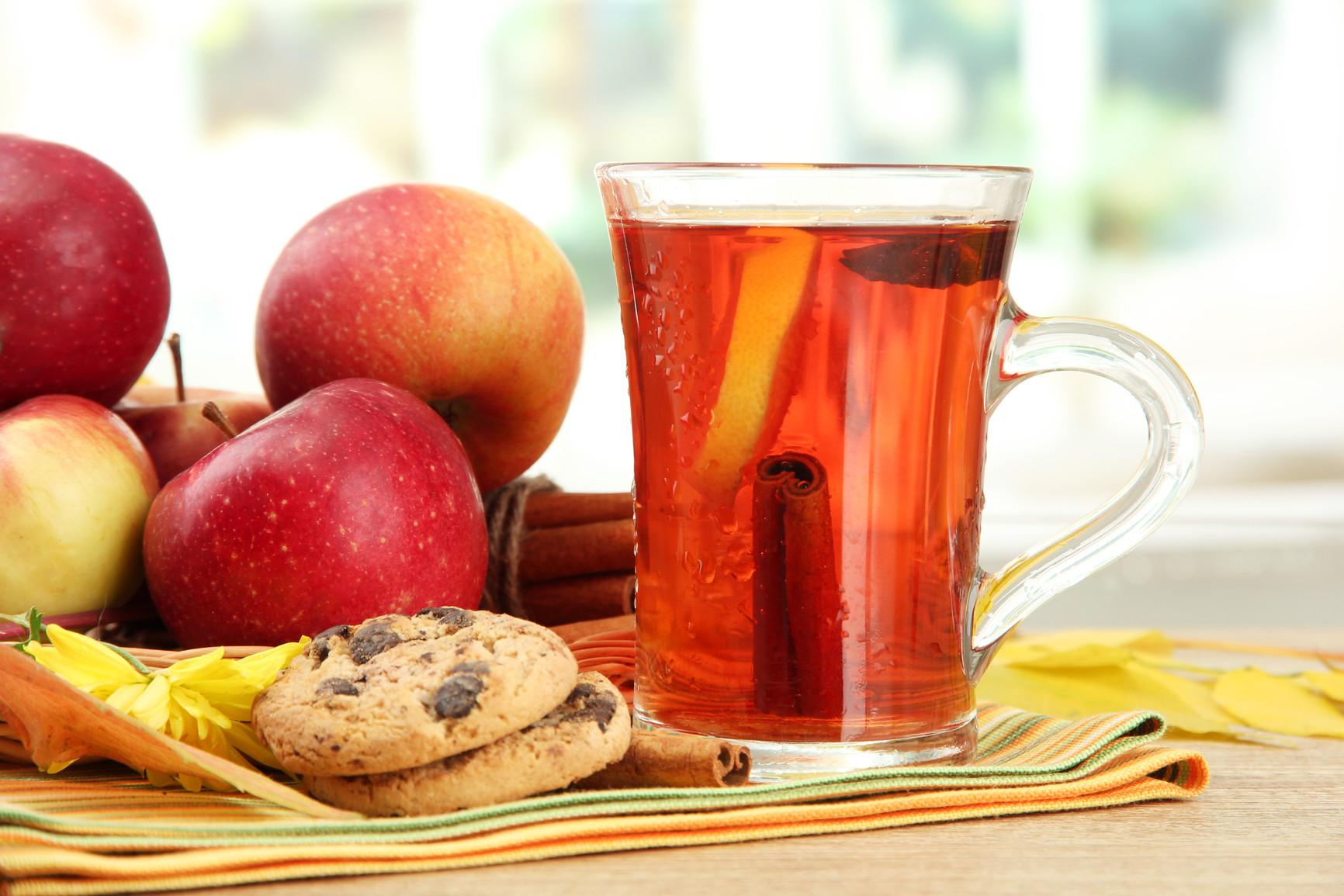 В глинтвейн обычно добавляют яблоки и апельсины