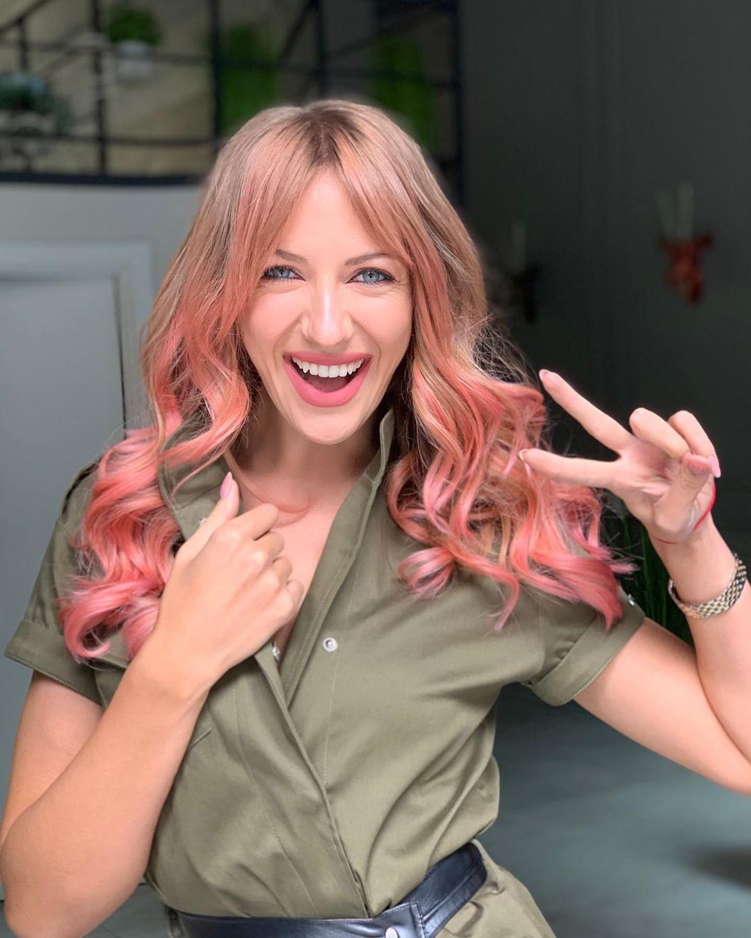 """""""Психанула"""": Леся Нікітюк перефарбувала волосся в екстремальний колір і поцілувалася з дівчиною"""