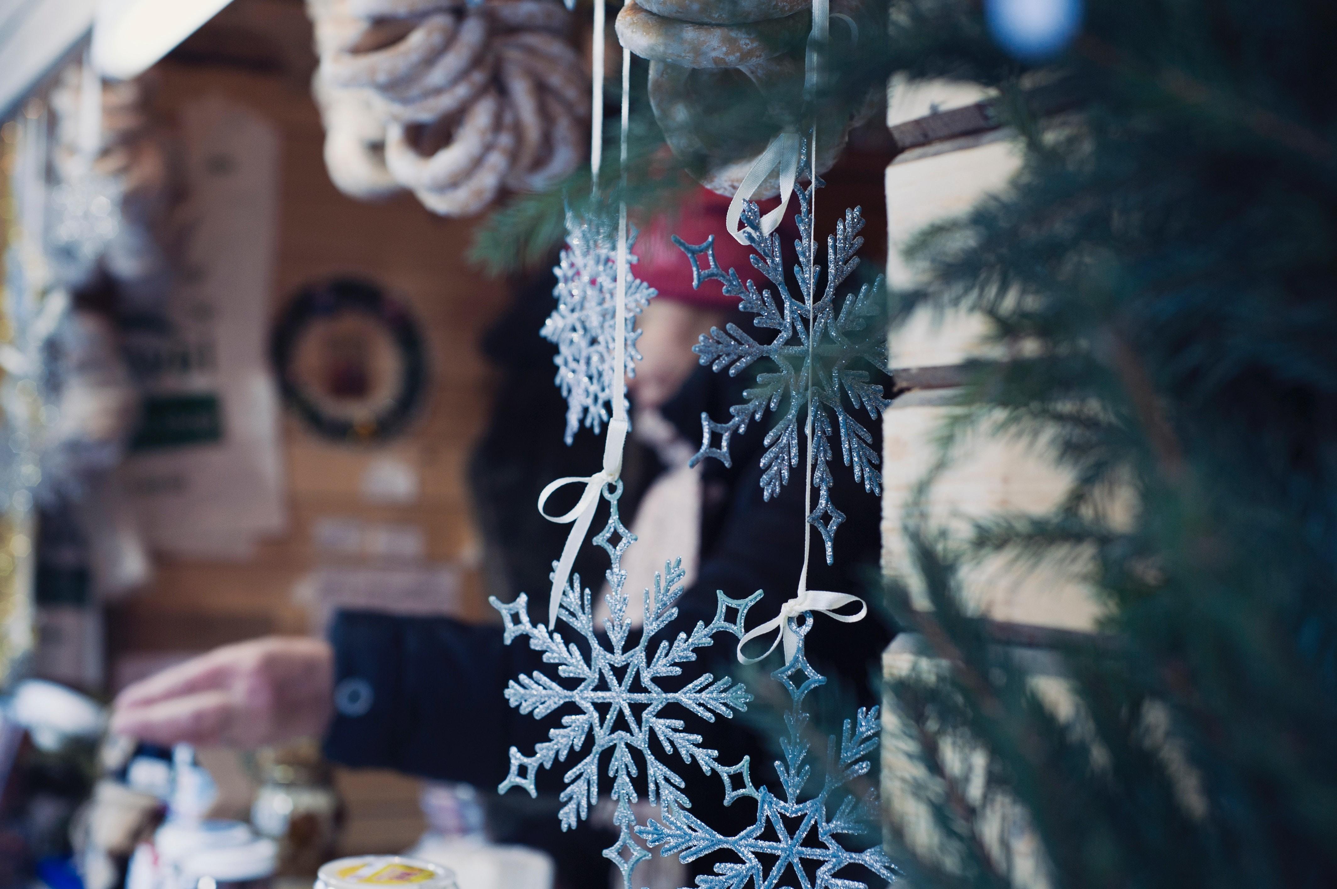 Прикрашайте будинок сніжинками