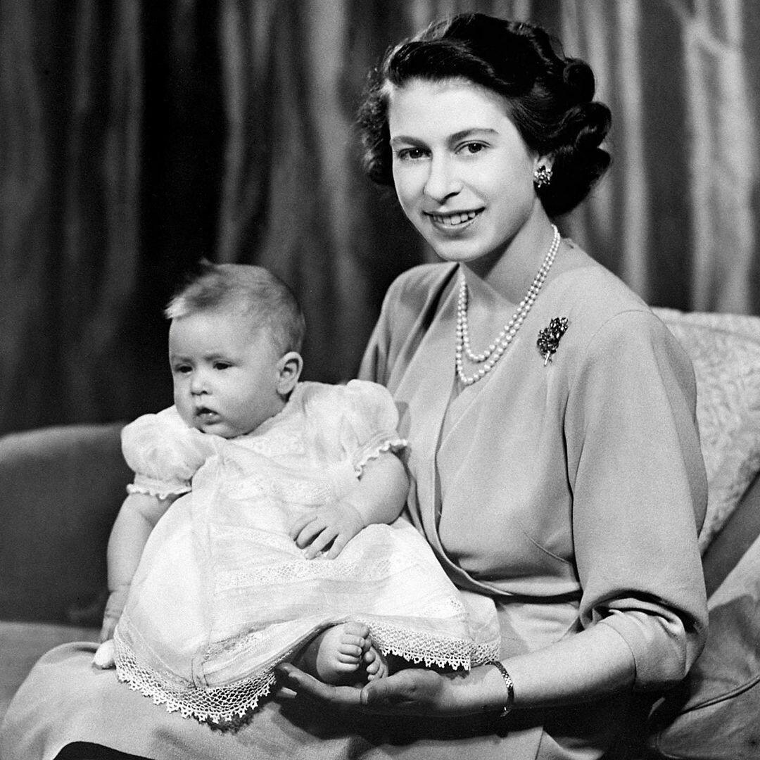 Королевская семья поздравила принца Чарльза с 72-летием, показав его детское фото