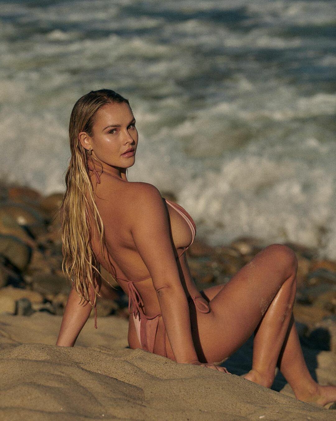 Мега-грудь выпадает из бикини: блондинка с финала ЛЧ нарядилась так, что все видно