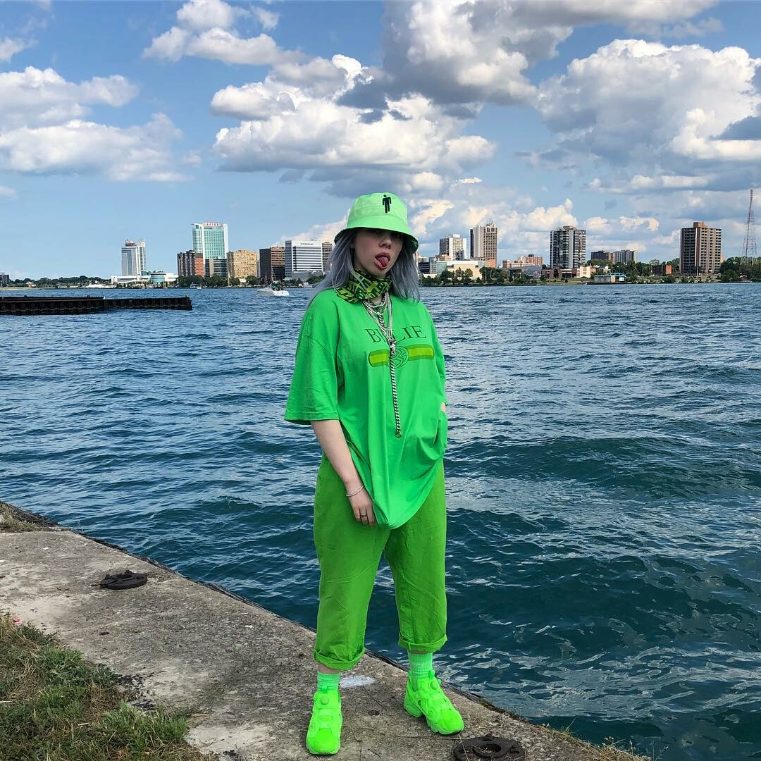 Мешковатые футболки, зеленые волосы и другие фэшн-тренды от Билли Айлиш5