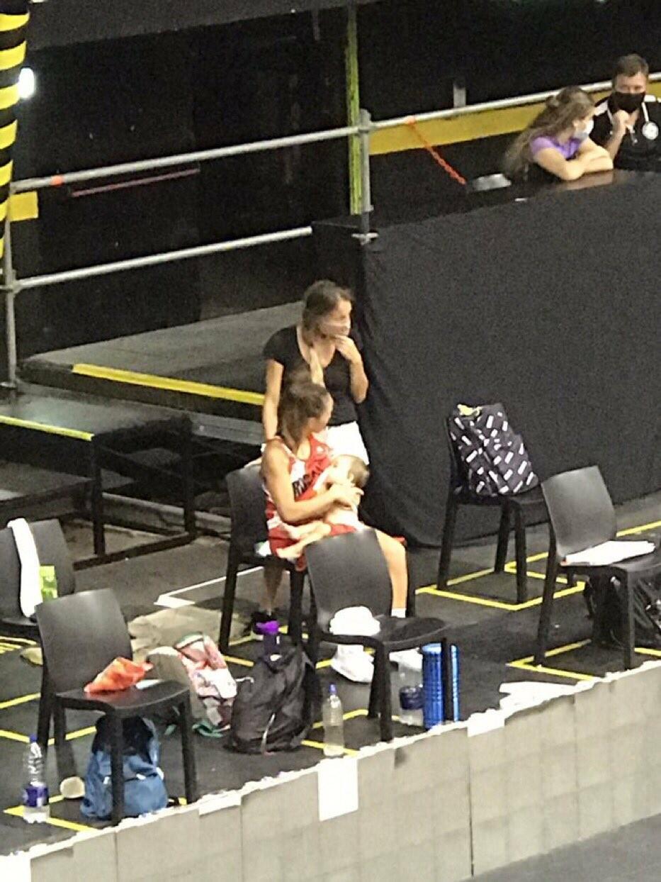 Баскетболистка стала звездой, покормив ребенка грудью во время матча