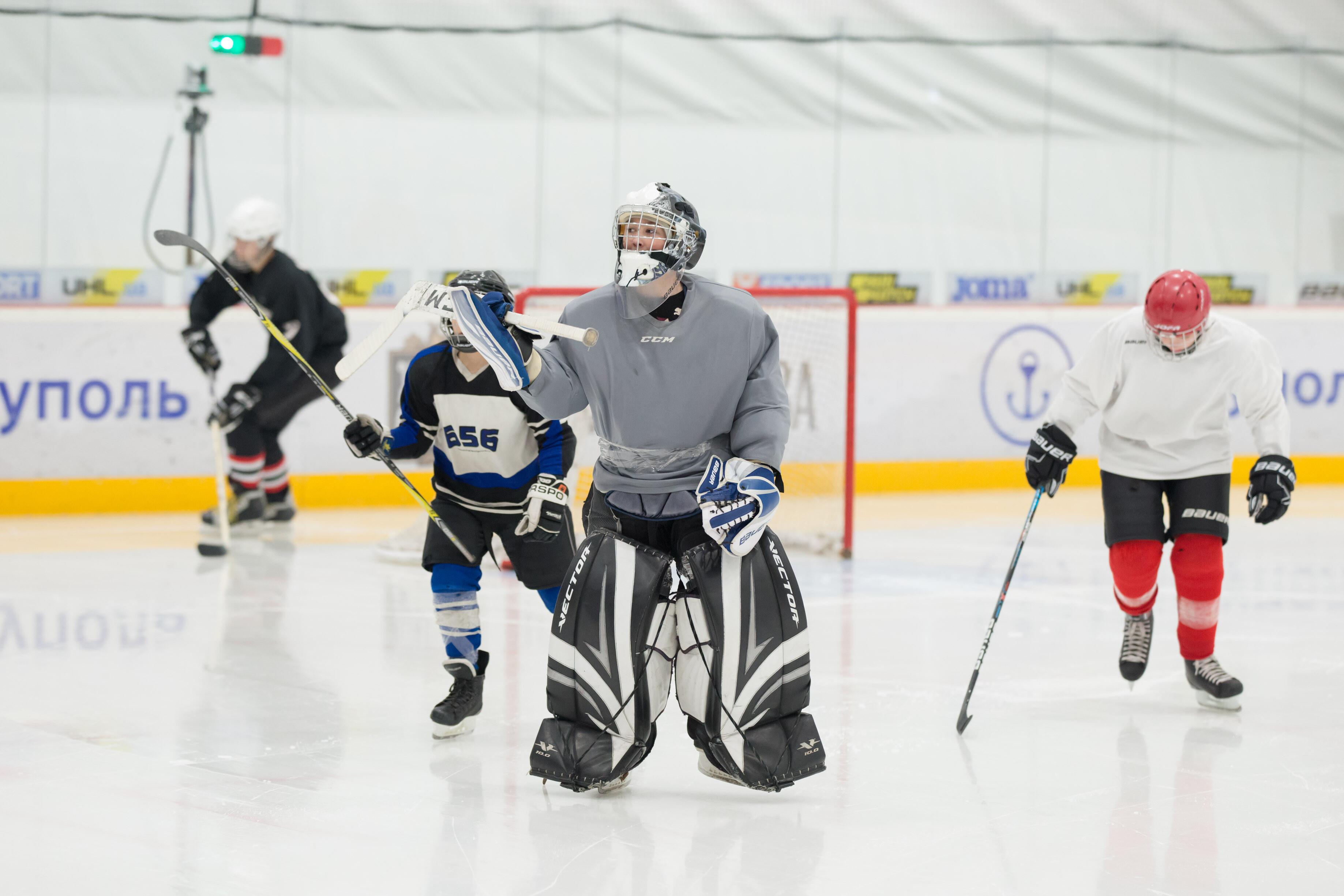 Звезды украинского хоккея провели мастер-класс для детей в Мариуполе