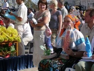 Баба Параска уселась в первом ряду еще за полчаса до начала церемонии на Софийской площади - в руках статуи Марии и Иисуса