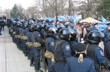Линия бойцов ВВ перекрывает путь к парламенту, фото М.Львовски