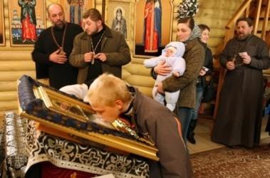 Чуда ждут. Верующие целуют иконы, обещающие исцеление; фото А.Яремчука