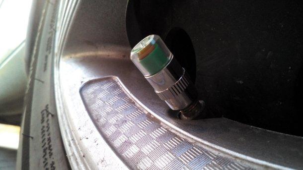 Датчик давления в шинах. Крайне полезная штука для тех, кто следит за расходом топлива.
