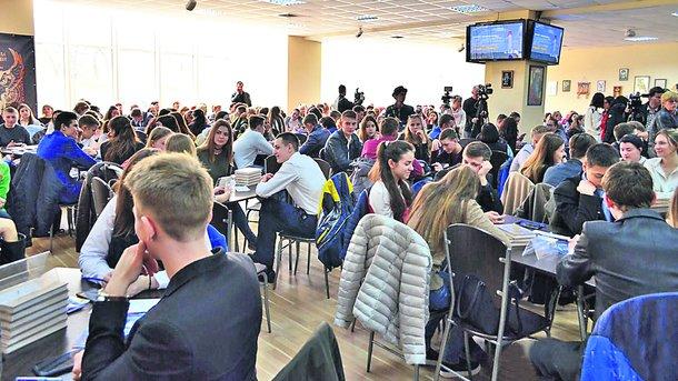 Выпускники. Могут готовиться к тестированию в интернете, чтобы не платить репетиторам. Фото: pushkinska.com