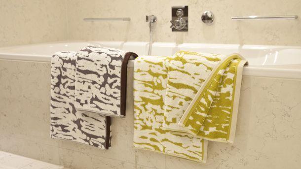 На банном полотенце остаются отмершие клетки и представители микрофлоры кожи. Фото: westwing.ru