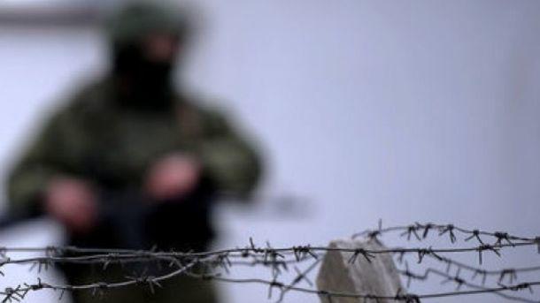 У бойца рваные раны правой части лица. Фото: AFP