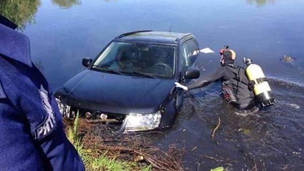 Авто нашли в реке. Фото: полиция