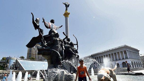 Фонтан - лучшее спасение от летней жары для людей и животных Фото AFP
