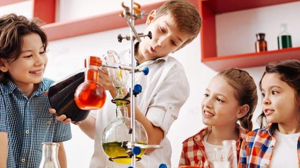На уроке ученики не обязаны сидеть смирно и отступать четыре клеточки в тетради. Они могут оформлять свои работы, как пожелают. Фото: experimentanium.com.ua
