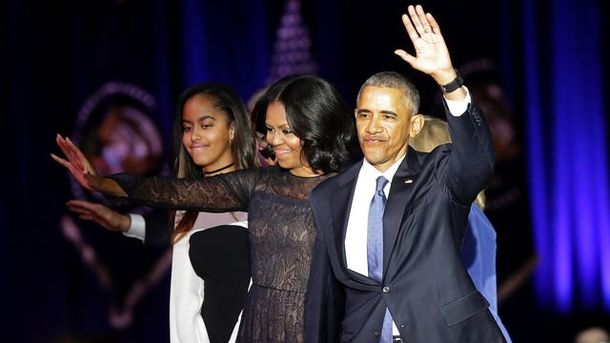 Мішель Обама з чоловіком і донькою на прощальній промові. Фото: AFP