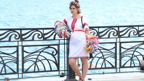 Девушка на набережной. Фото: RoksolanaToday&Крым