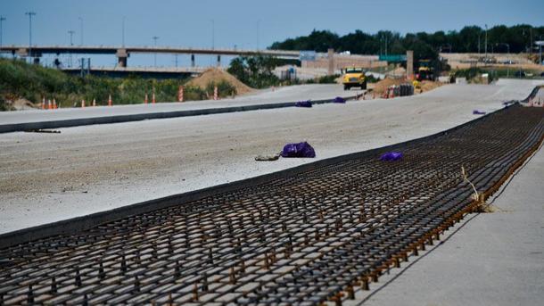 Процесс прокладки бетонной дороги. Фото: mechanismone.livejournal.com