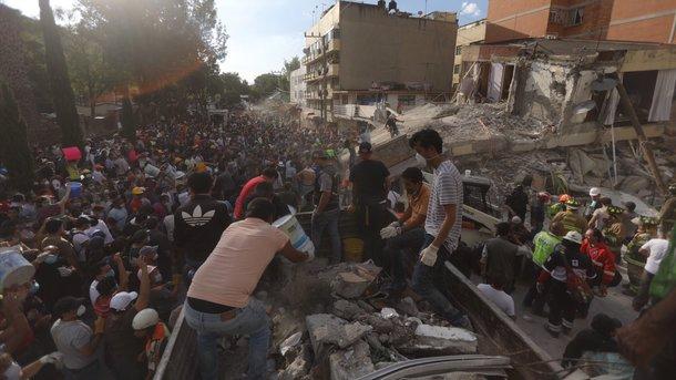 В Мексиці під школою, що завалилася, загинули 20 дітей. Фото: AFP