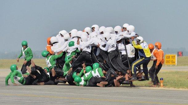 58 человек на мотоцикле. Фото twitter.com/AFP