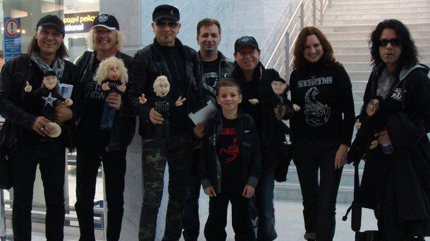 В аэропорту. Супруги Доценко и их сын Игорь провожают музыкантов в «Борисполе». В руках у «скорпов» — куклы, сделанные Надей