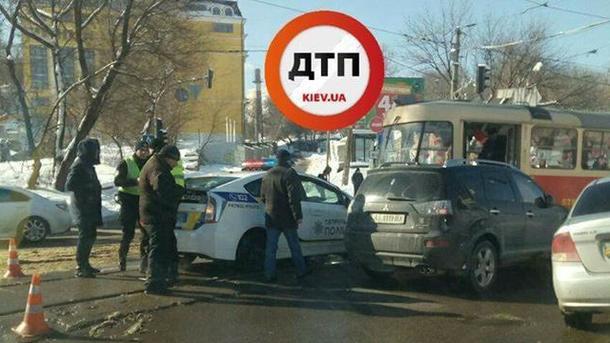 Движение трамваев временно приостановлено. Фото: facebook.com/dtp.kiev.ua