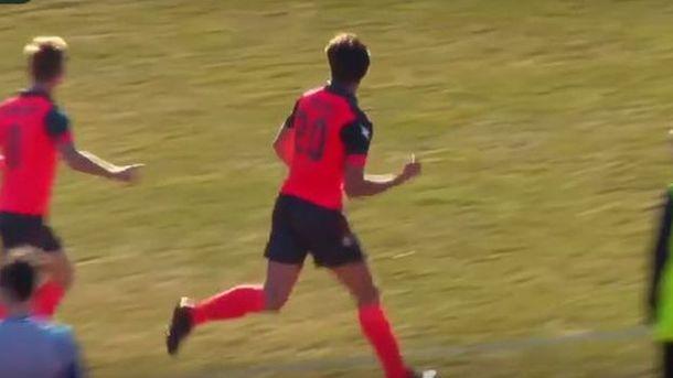 Максим Atoer демонстрирует неприличный жест в момент празднования гола