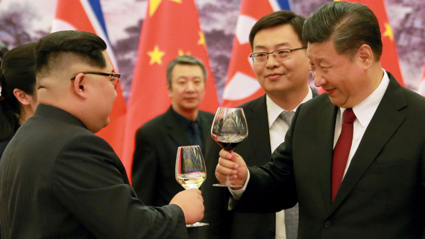 Ким Чен Ын (слева) и Си Цзиньпин (справа). Фото: AFP