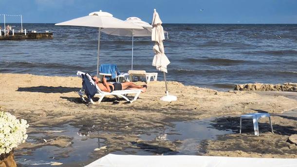 Поток воды, стекавший с Аркадийской аллеи, оставил на пляже грязь и лужи. Фото: facebook.com