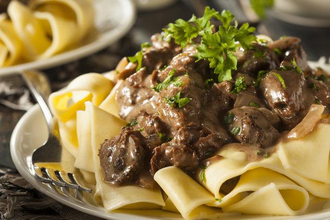 Бефстроганов хорошо сочетается с картофелем, макаронами и рисом Фото: depositphotos.com