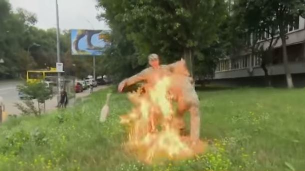 Ульянов поджег себя у Минобороны. Фото: скриншот