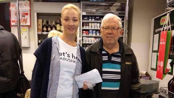 Акция. Пенсионерам предлагали купить еду или оплатить покупки. Фото: Let's help
