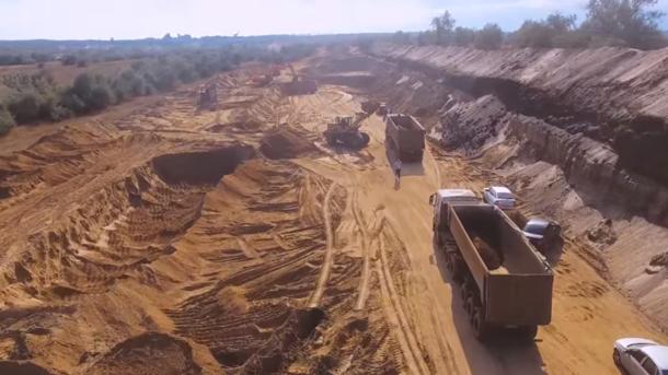 Добыча песка из дамбы Нижне-Чурбашского хвостохранилища. Фото: Крымъ 4K