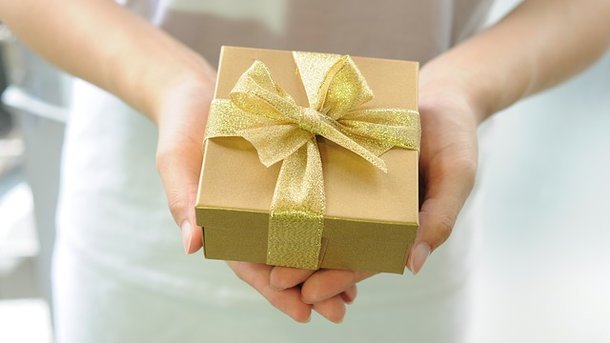 Подарунки отримувати люблять всі