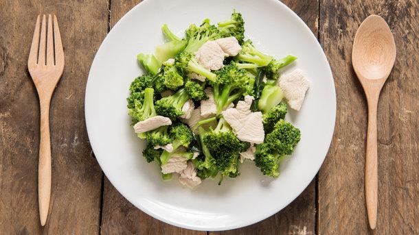 Салат из курицы и брокколи Фото: depositphotos.com