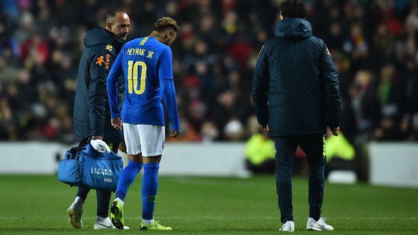 Неймар уже на 8-й минуте закончил матч Бразилия - Камерун. Фото AFP