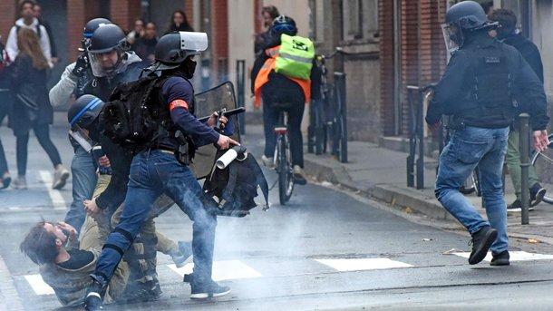 Во Франции беспорядки на улицах влияют на расписание матчей чемпионата по футболу. Фото AFP