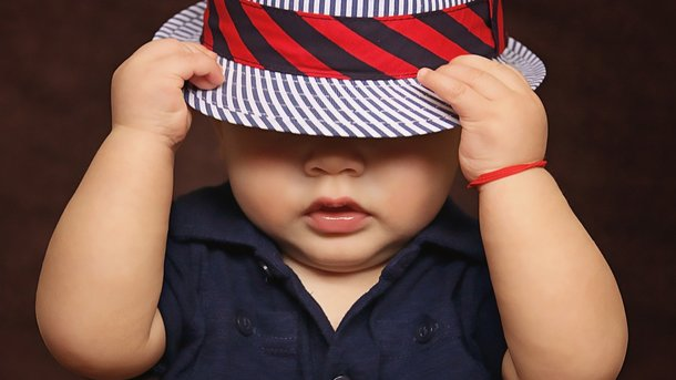 У дитини-азіата яскраво-сині очі. Фото: pixabay