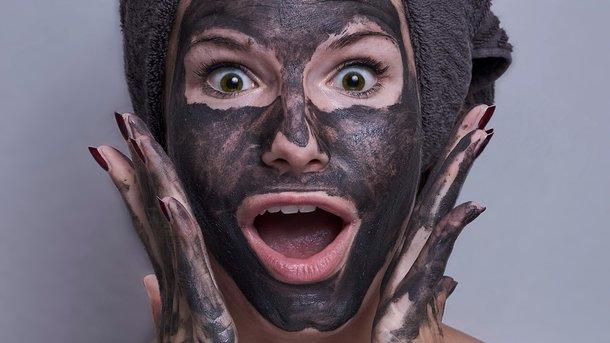 Маска з чорної глини особливо добра для сухої шкіри