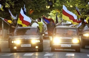 Парад победы. В Цхинвали начались народные гуляния после заявления Медведева о признании независимости; фото AFР