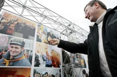 Юрий Луценко на выставке в честь годовщины Майдана. Фото Укринформа
