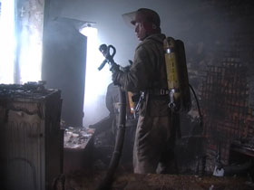 В результате взрыва повреждена перегородка между квартирами и выбито стекло, фото пресс-службы МЧС