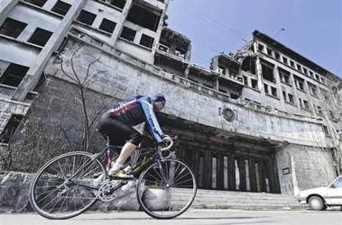 Мирное время. В Белграде до сих пор стоят разбитые бомбежкой здания. Фото AFP