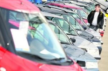 Застой. Продавцы автомобилей не могут продать свой товар и ежемесячно вынуждены снижать цены