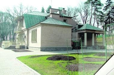 Старый домик. Дачу Януковича в СМИ уже успели «разрушить». Снимок сделан в марте 2007 года. Фото А. Чаленко