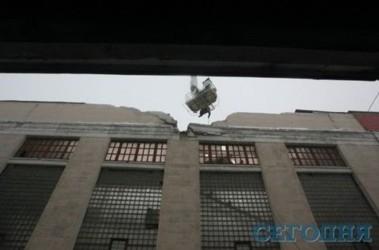 """«Большевик». Обвалилось 500 метров кровли и часть фасада. Фото """"Сегодня"""""""