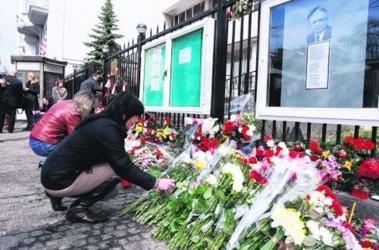 Память украинцев. И через неделю после катастрофы к посольству Польши несут цветы. Фото Г. Салай
