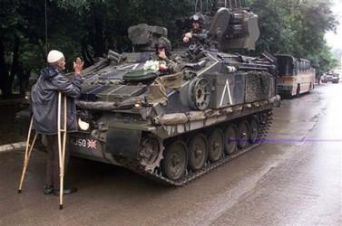 Кормильцы! Косовский албанец приветсвует танк войск НАТО. Фото из архива Сергея Михальченко