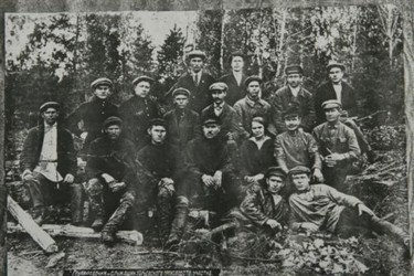 На этом фото - отец экс-президента Даниил Кучма (лежа справа)
